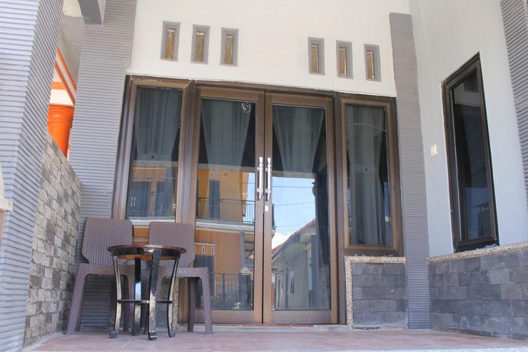 Dhea Homestay Malang - teras rumah