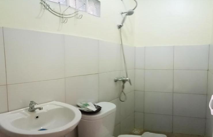 De Plaza Hotel Surabaya - Bathroom