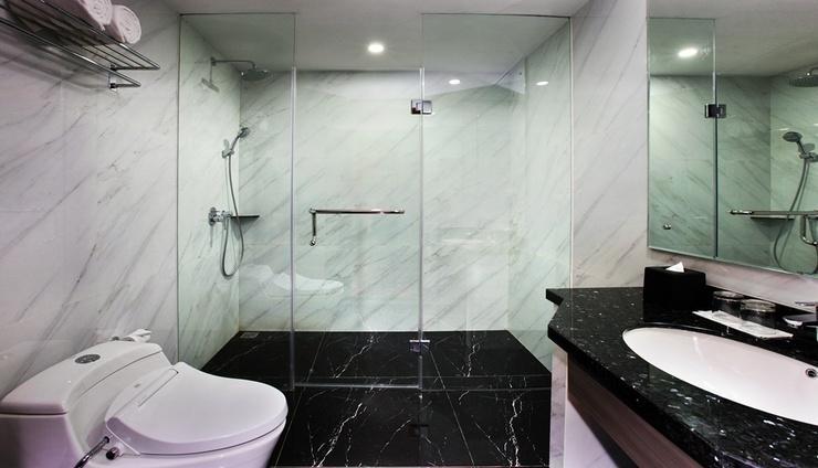 Pyramid Suites Hotel Banjarmasin - Bathroom