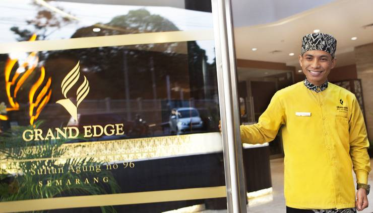 Grand Edge Hotel Semarang - Entrance Door