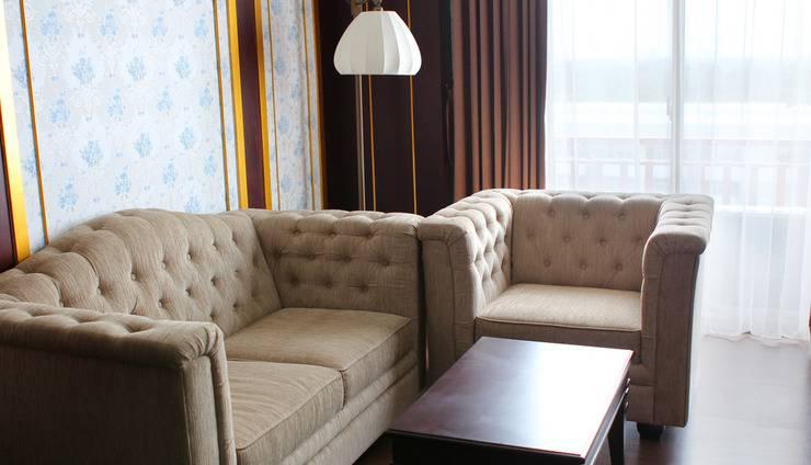 The Grantage Hotel & Sky Lounge Tangerang - Sofa pada ruangan kamar suite