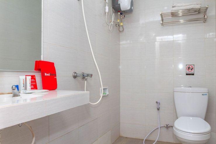RedDoorz near Istana Plaza 2 Bandung - Bathroom