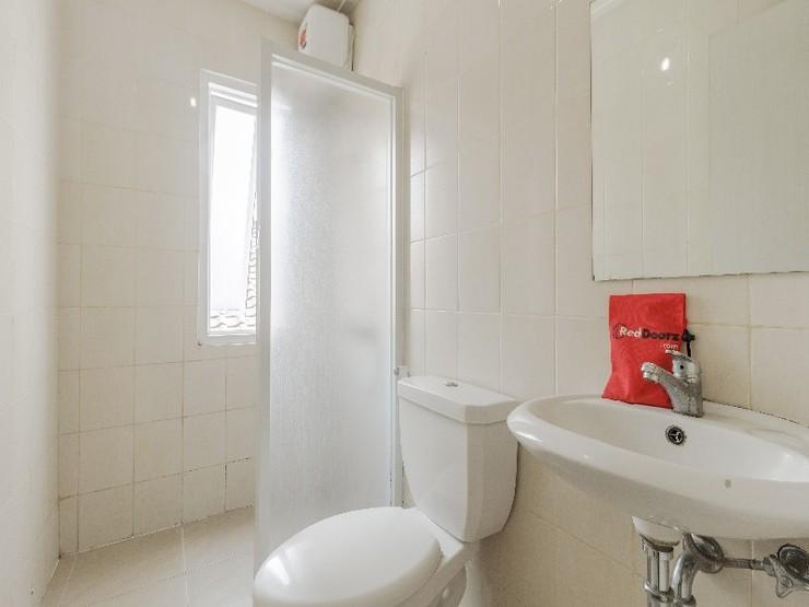 RedDoorz near Setiabudi One Mall Jakarta - Bathroom