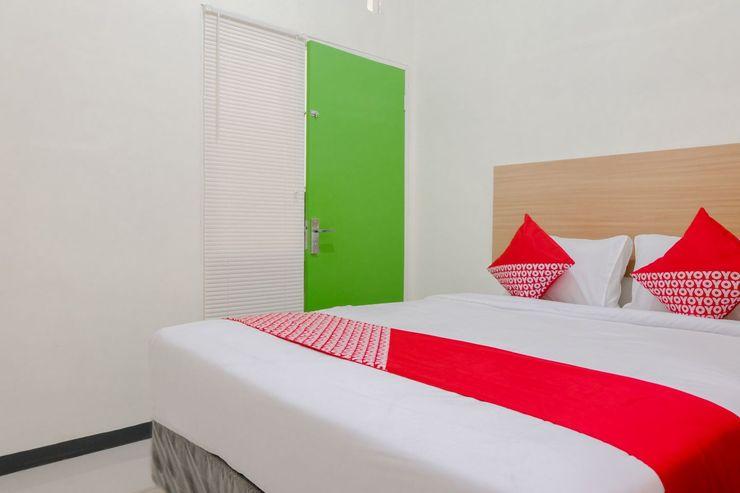 OYO 1247 Antosa Family Residence Jember - Bedroom