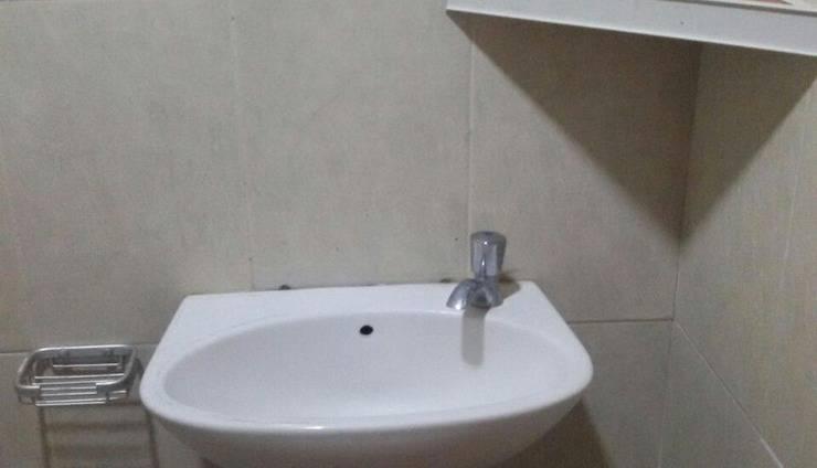 Johana Hotel Halmahera Utara - Bathroom