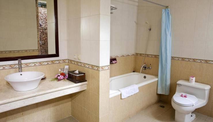 Puri Saron Senggigi Beach Resort Lombok - kamar mandi deluxe