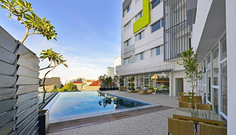Whiz Prime Hasanuddin Makassar - Swimming Pool