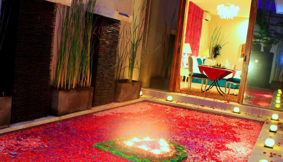 Kamuela Villas Seminyak - flower decoration on the pool