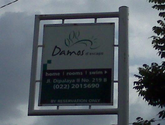 Villa Damos Bandung - Plang nama