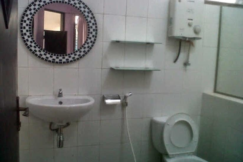 Family Guest House Malang - Kamar mandi