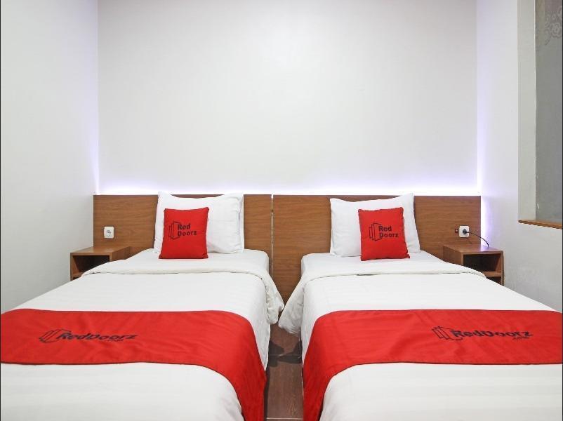 RedDoorz near Jogja City Mall Yogyakarta - Twin Room Regular Plan