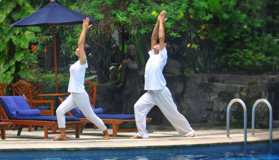 Hotel Melia Purosani Yogyakarta - Yoga di tepi Kolam renang