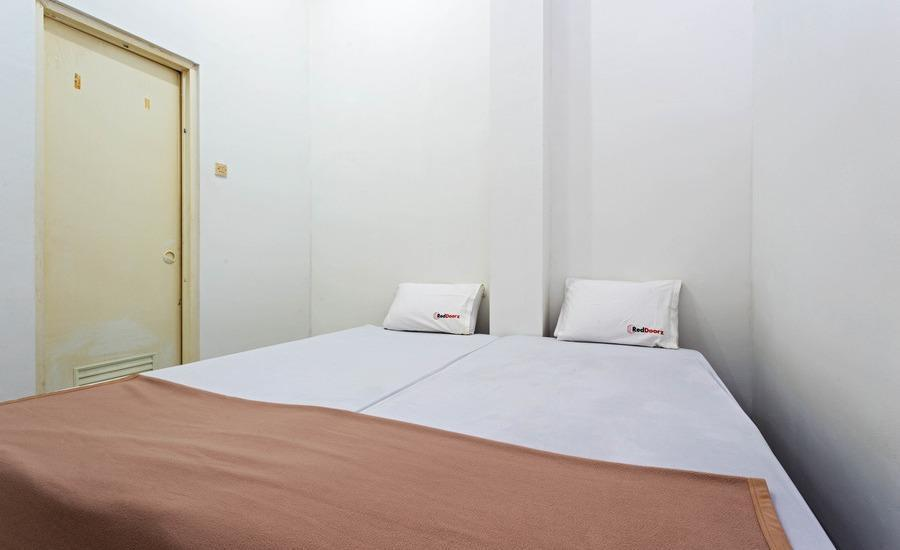 RedDoorz near Binus Kijang Jakarta - RedDoorz Room Special Promo Gajian