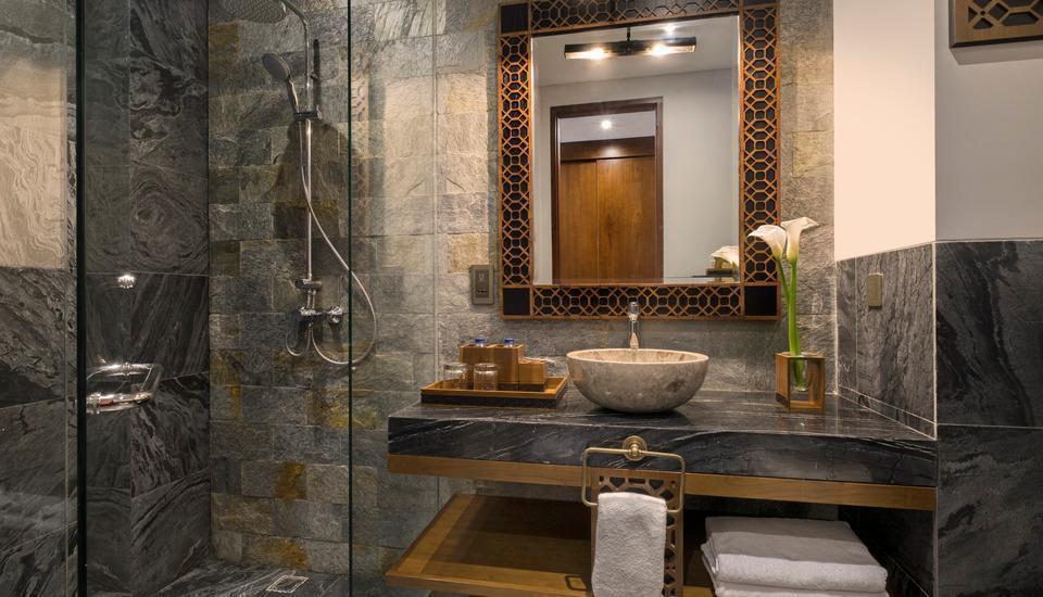 Akana Boutique Hotel Sanur Bali - Deluxe Pemandangan Kolam dan kamar mandi