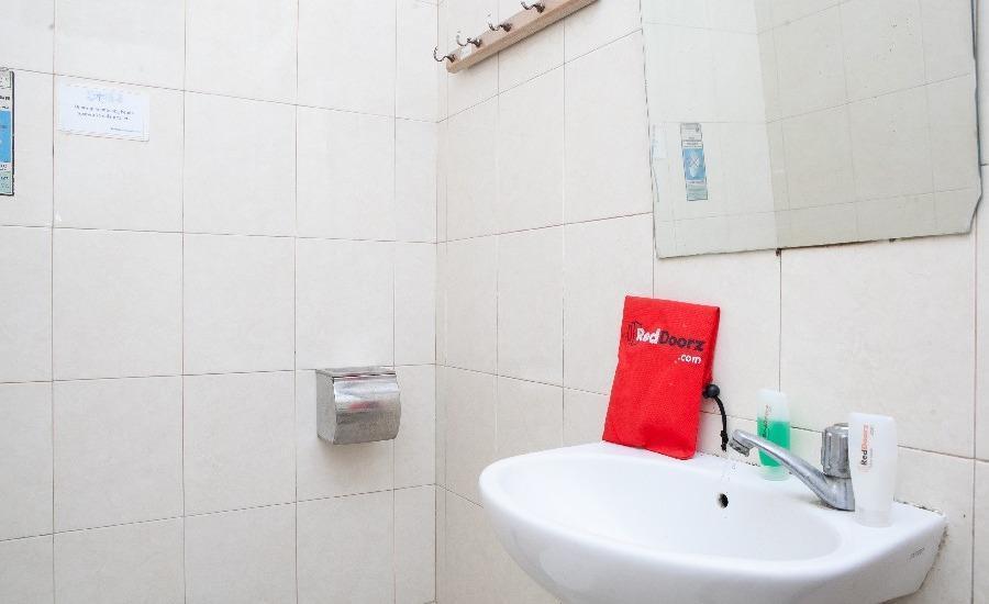 RedDoorz @Cassa Pasteur Bandung - Bathroom
