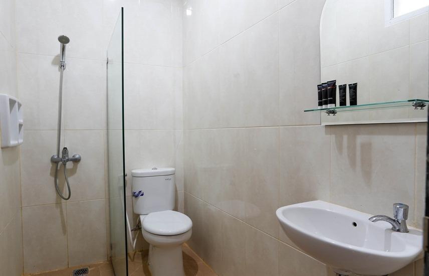 RedDoorz @ Kayu Manis Timur Jakarta - Kamar mandi