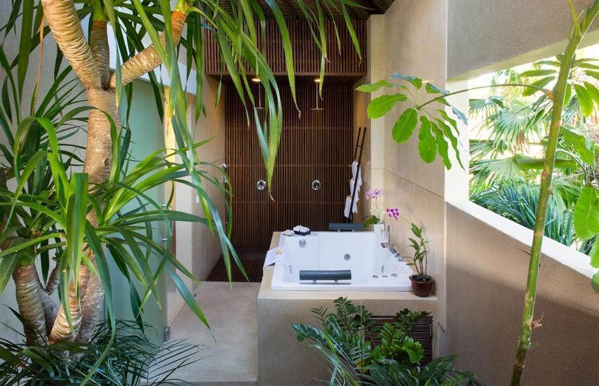 Villa Kinaree Estate Seminyak - Villa A - Jacuzzi dan Shower