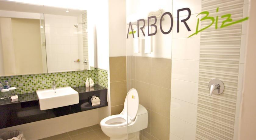 Arbor Biz Hotel Makassar - Bathroom