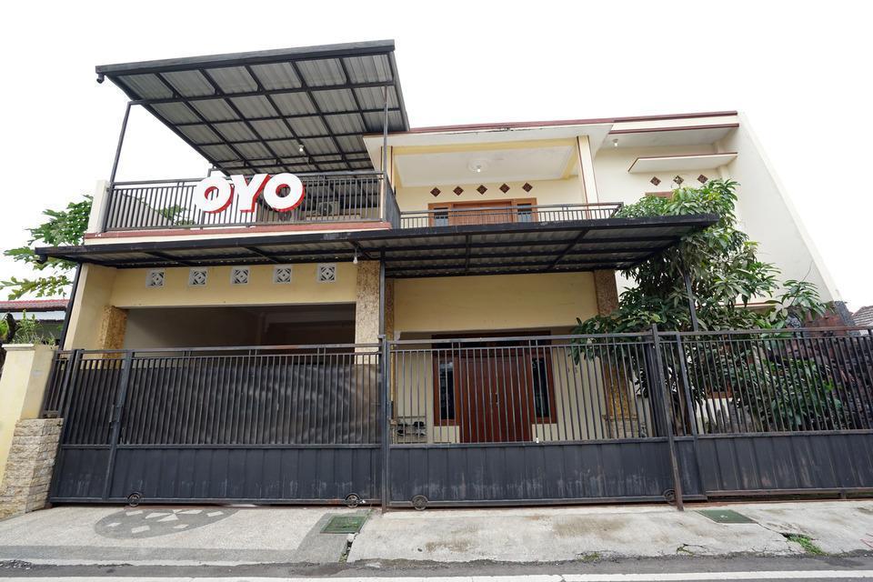 OYO 302 Karolin Syariah Homestay Malang - FACADE