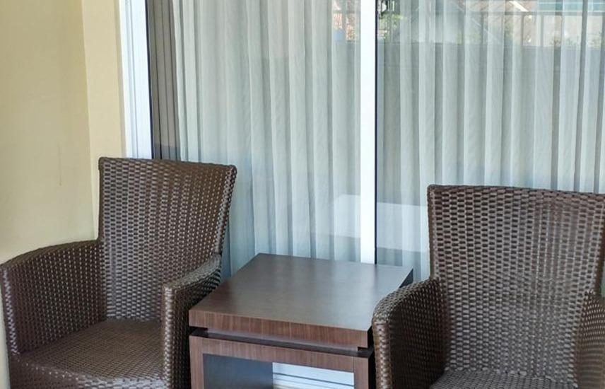 Hotel Grage Jogja - Meja dan kursi