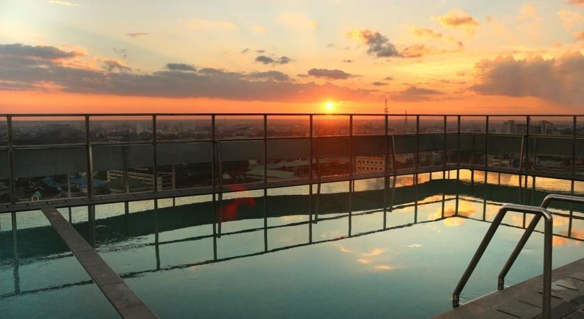 HARRIS Hotel Pontianak - swimming pool
