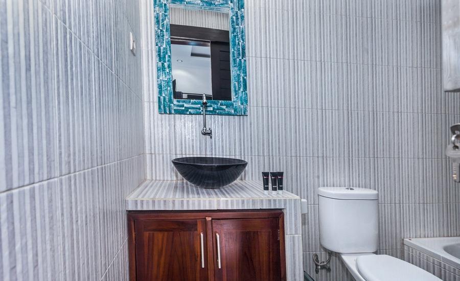 RedDoorz @ Kori Nuansa Jimbaran Bali - Kamar mandi