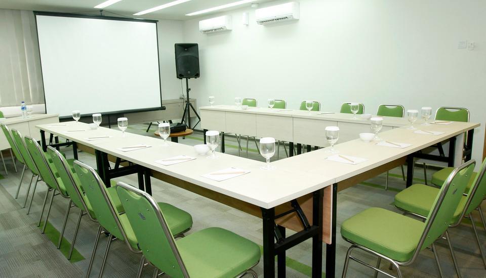 MaxOneHotels at Dharmahusada  Surabaya - Meeting Room