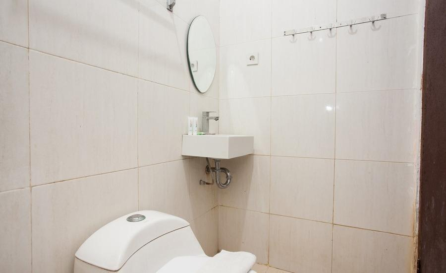 RedDoorz Plus near Marvell City Mall Surabaya - Bathroom