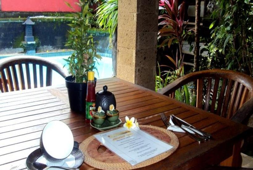 Ellies Hotel Bali - Meja Makan
