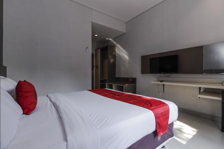 RedDoorz near Gua Sunyaragi Cirebon - Room