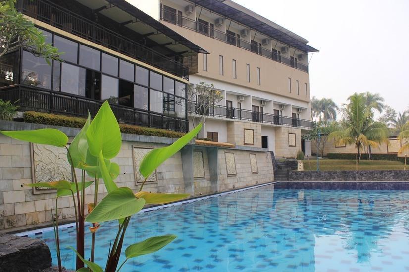 Bumi Cikeas Hotel Bogor - Swimming Pool