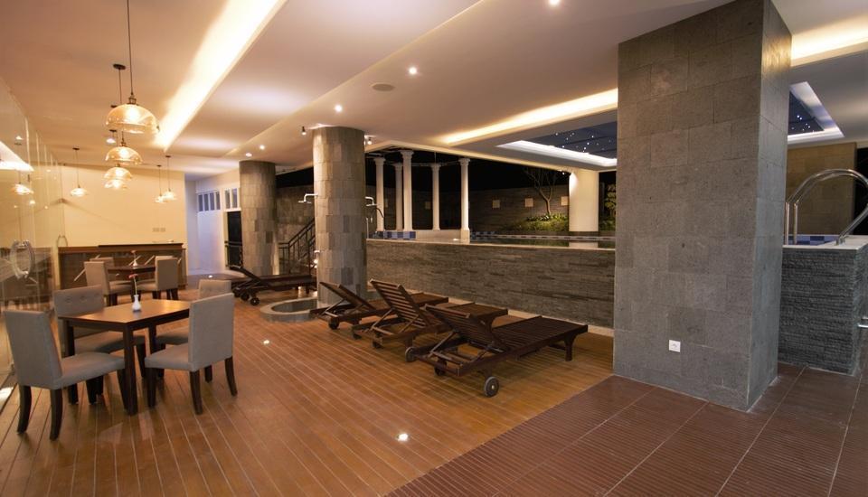 Tara Hotel Yogyakarta - Poolside