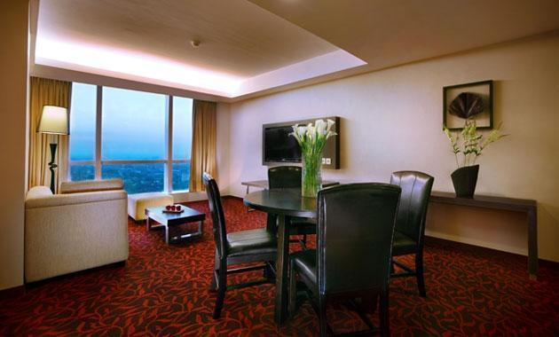 The Alana Surabaya Surabaya - Suite Living Room