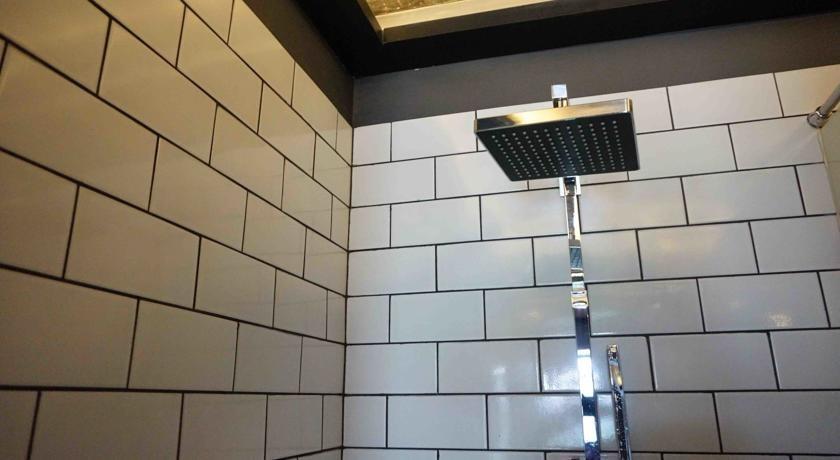 M Boutique Hostel Seminyak - Kamar mandi