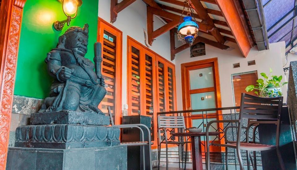 Dhanesvara Homestay Surabaya - Teras