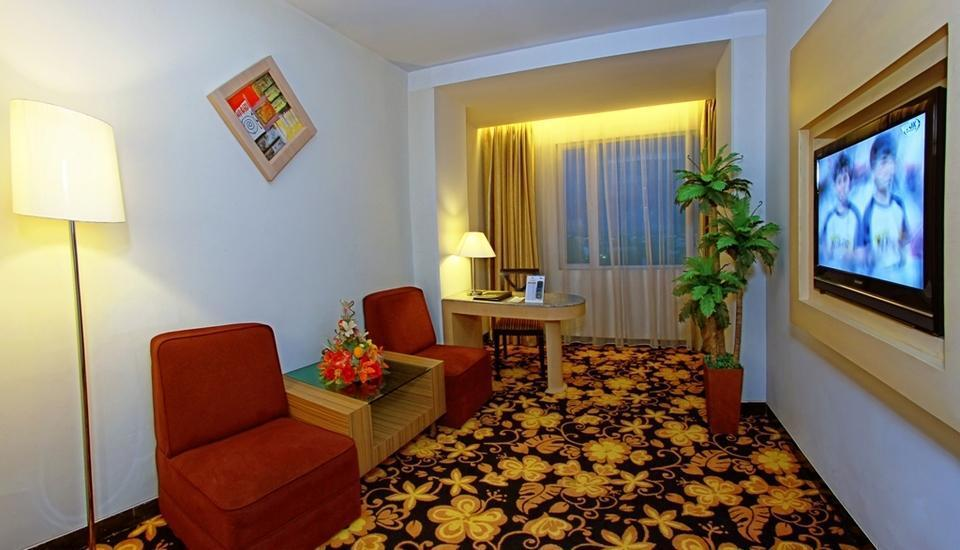 Rocky Plaza Hotel Padang - Junior Suite Living Room