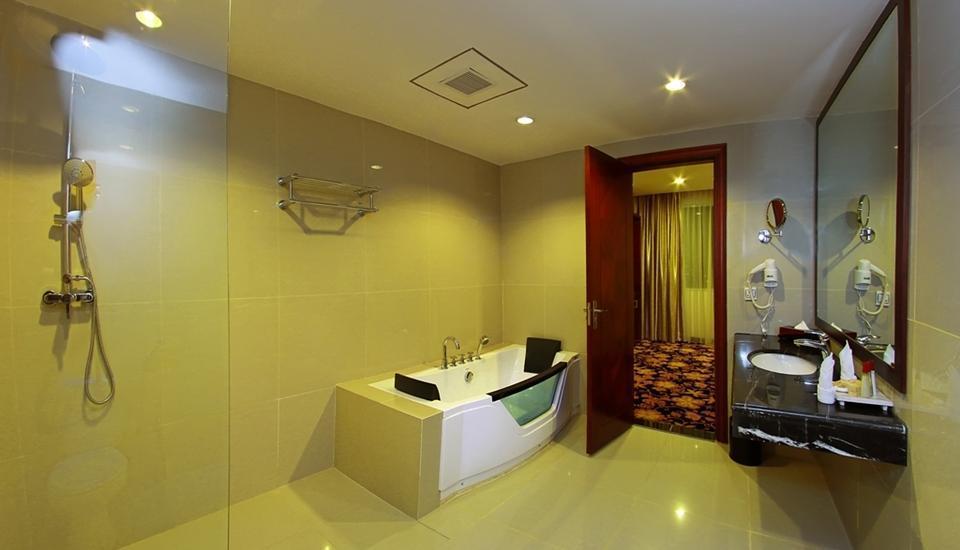 Rocky Plaza Hotel Padang - Rocky Suite Bathroom