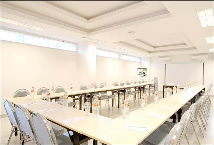 POP Hotel Diponegoro Surabaya - Meeting Room