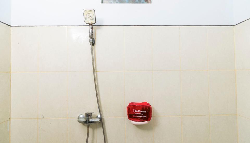 RedDoorz @Raya Jimbaran Bali - Kamar mandi