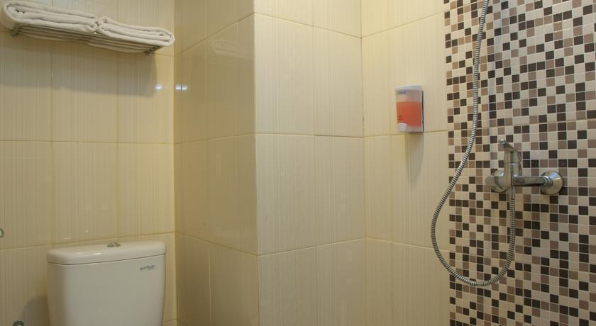 Everyday Smart Hotel Malang - Bathrooms