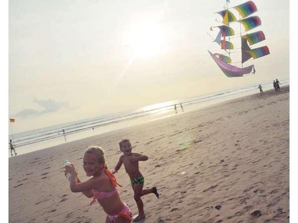 Horison Seminyak - Kegiatan anak-anak di pantai