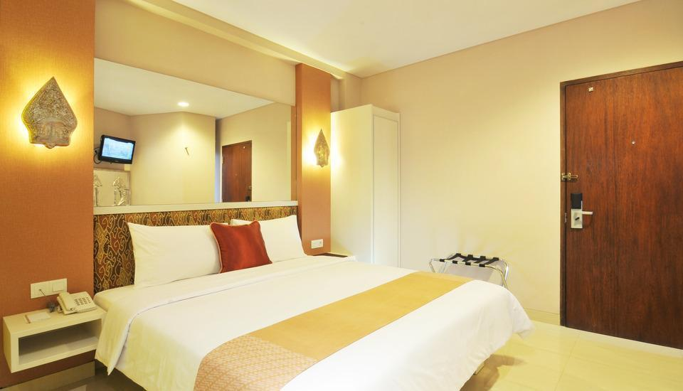 Hotel Pyrenees Jogja - Deluxe  King Room ( 1 Bed Besar ) Regular Plan