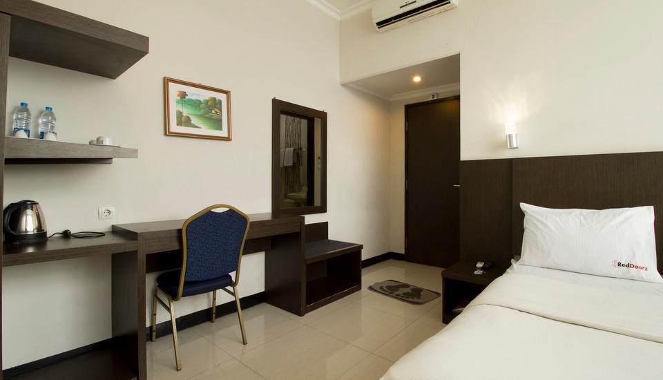 RedDoorz @Cihampelas 3 Bandung - Suite Regular Plan