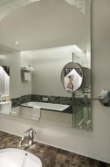 The Royal Surakarta Heritage Solo - Bathroom