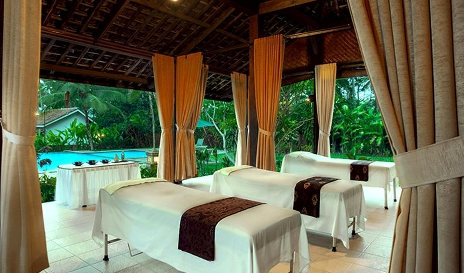 Margo Utomo Eco Resort Kalibaru - Pijat di kolam renang