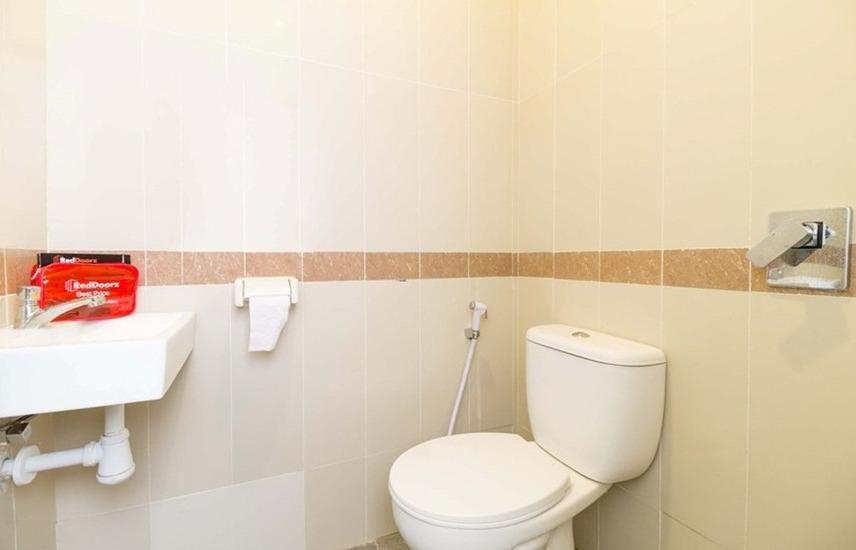 RedDoorz near Exit Tol Bogor - toilet