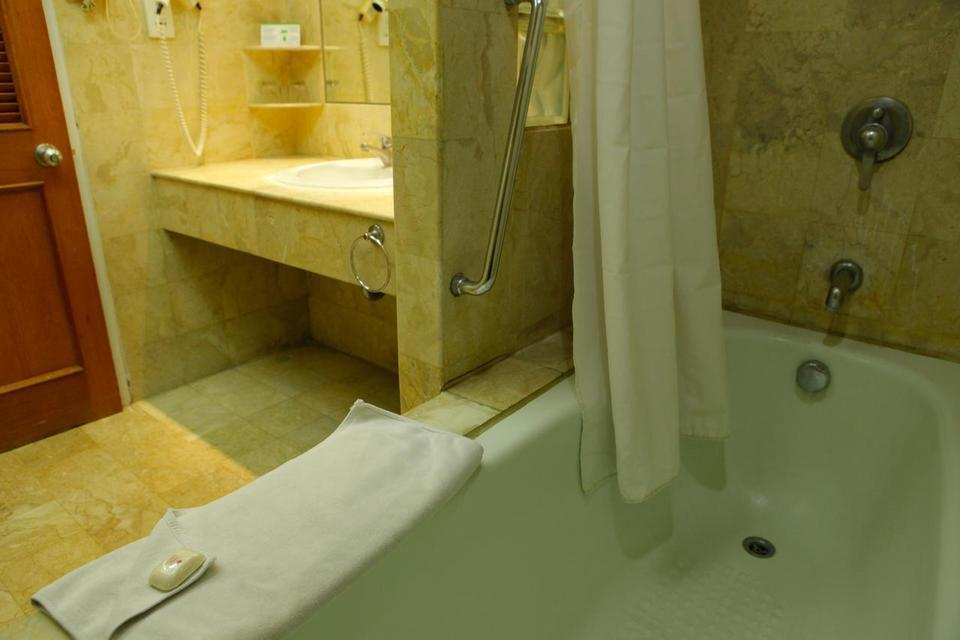 Surabaya Suites Hotel Plaza Boulevard - Bathroom