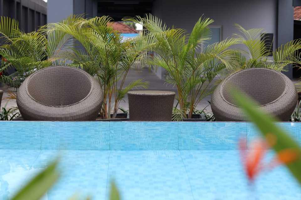 Front One Inn Kediri Kediri - Swimming Pool