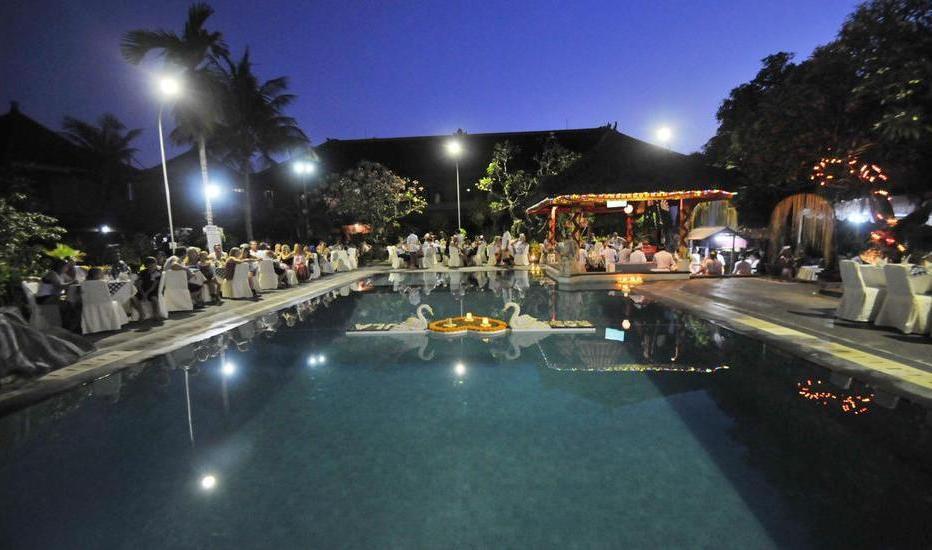 Satriya Cottages Bali - Makan malam  di area kolam renang