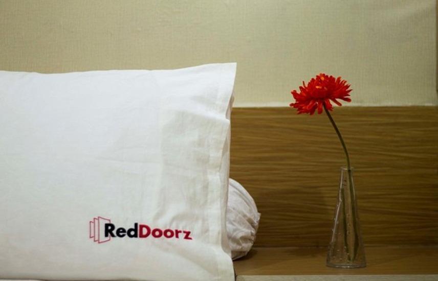 RedDoorz near Lippo Village 2 Jakarta - Kamar tamu